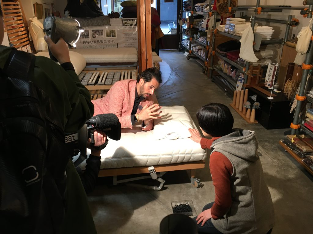 愛媛朝日テレビの ローカル情報番組 「ぶらぶらブラボー」が蒲団屋を取り上げてくれました