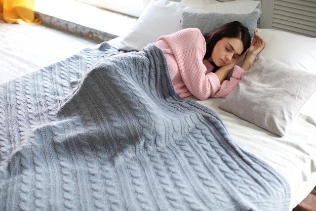 寝ている時の布団の中を暖かく保つシンプルな鉄則!素材によって変える毛布の重ね順