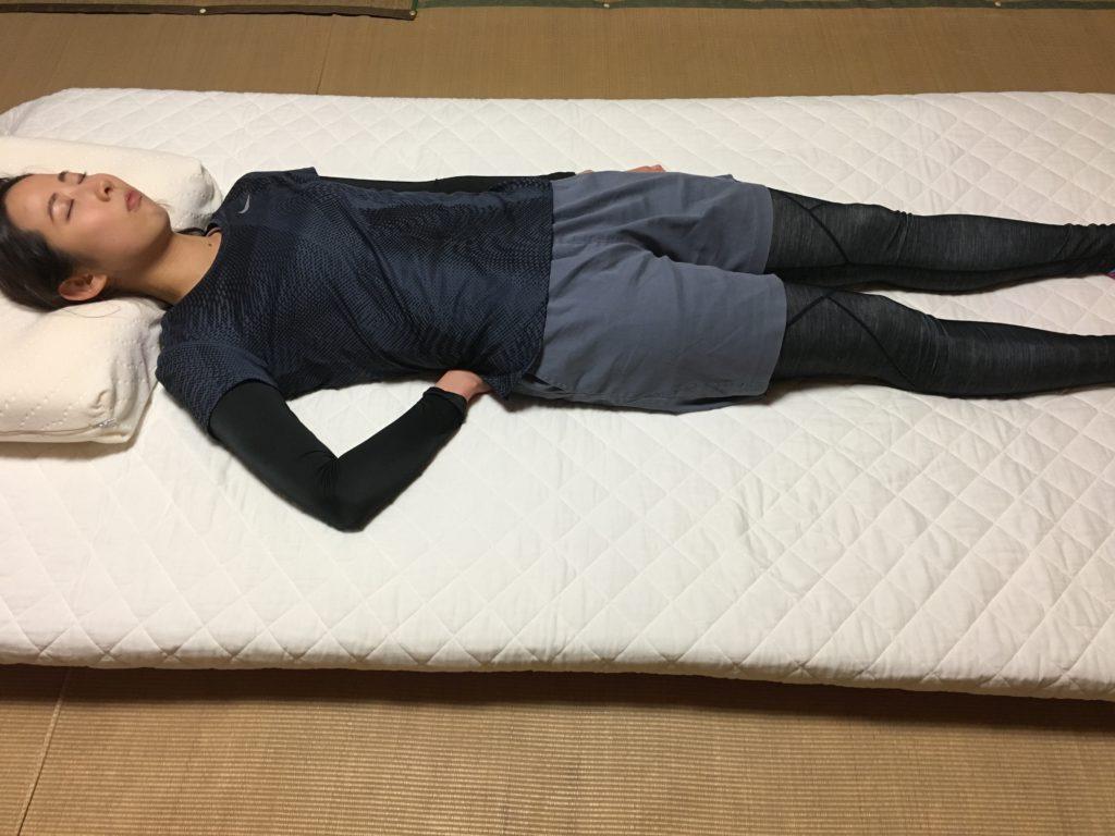 腰下に腕を入れ込む寝姿勢